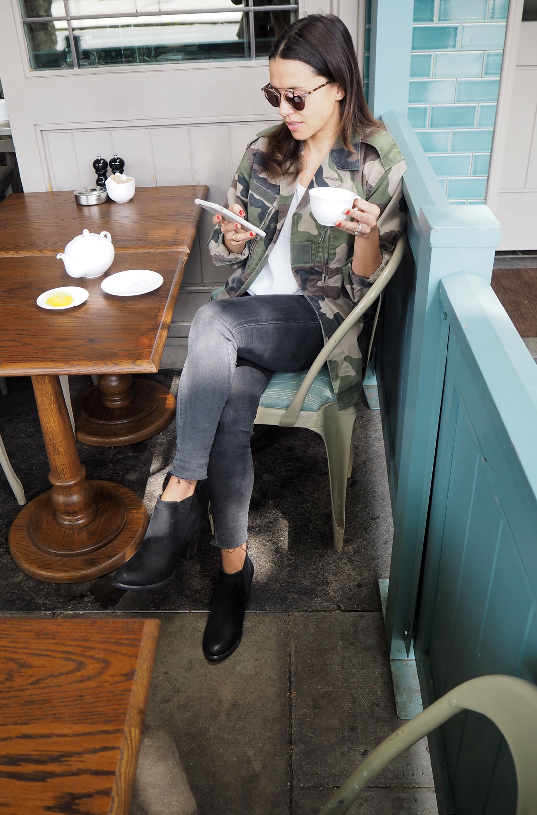 cafe-outfit-blackboots-3